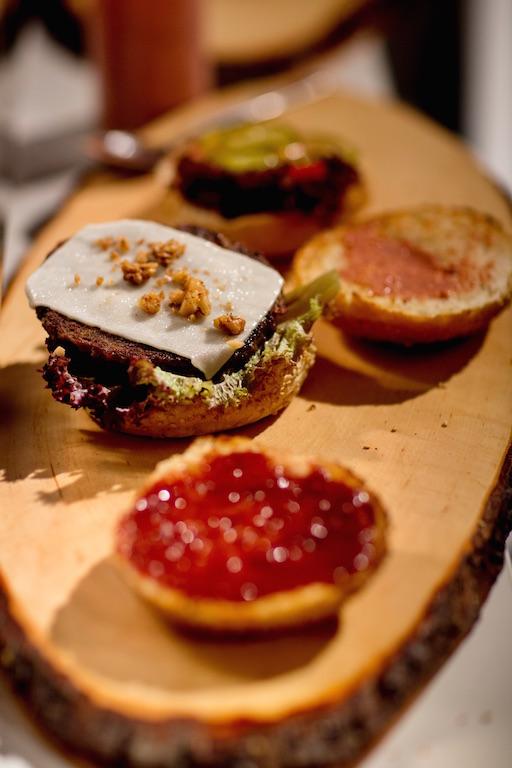 Kandierte Walnüsse und gratinierter Ziegenkäse machen den Wildburger zu etwas ganz Besonderem – einfach köstlich. ©Pauline v. Hardenberg