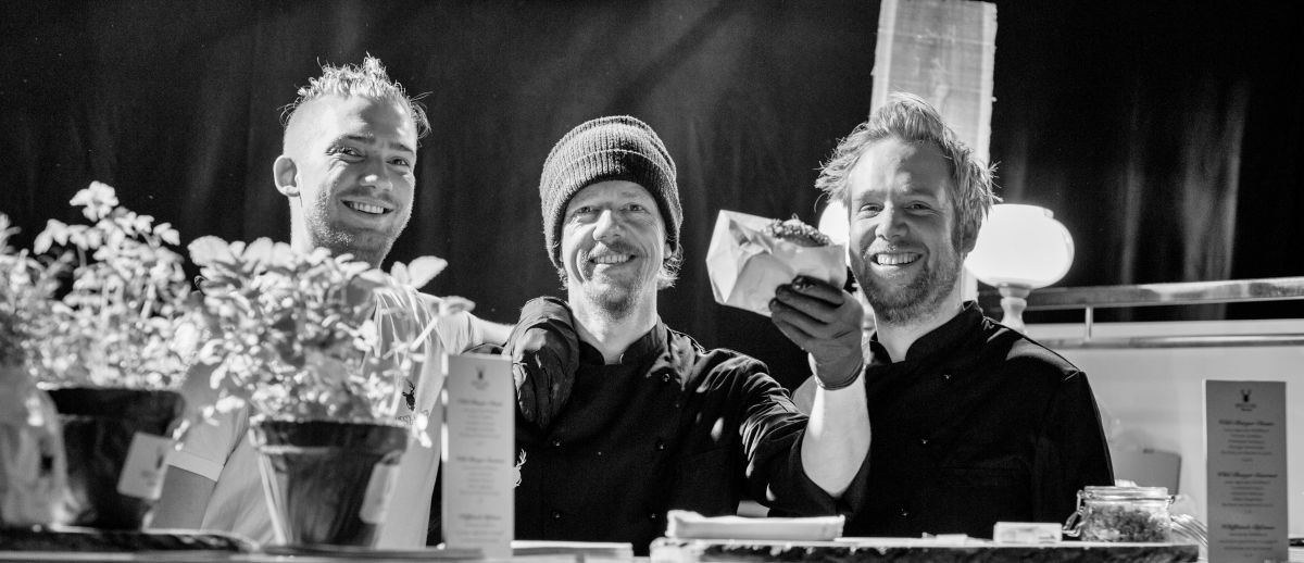Die drei Brüder am Grill ©Pauline v. Hardenberg