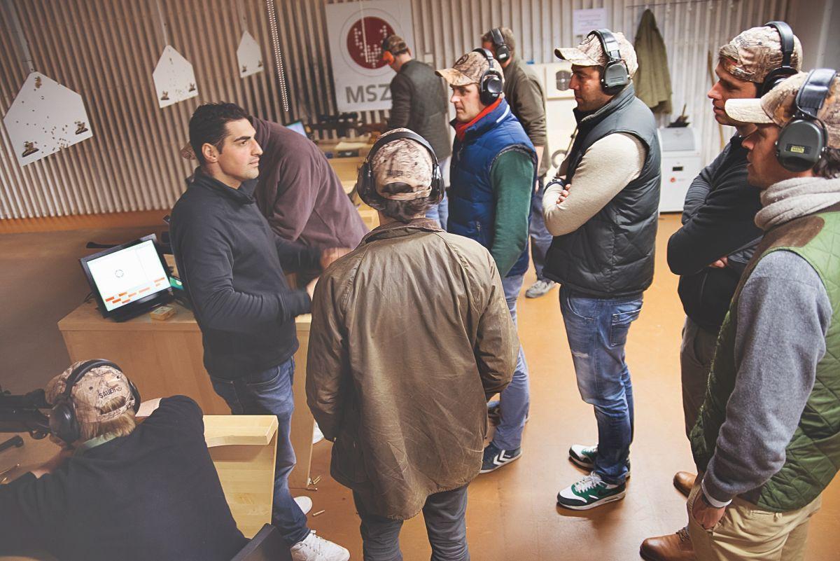 Erst waren sie skeptisch, dann überzeugt: Das JÄGER–Testteam lauscht den Ausführungen von Schießtrainer Maruan Al–Hammoud ©Gabriel Ozon