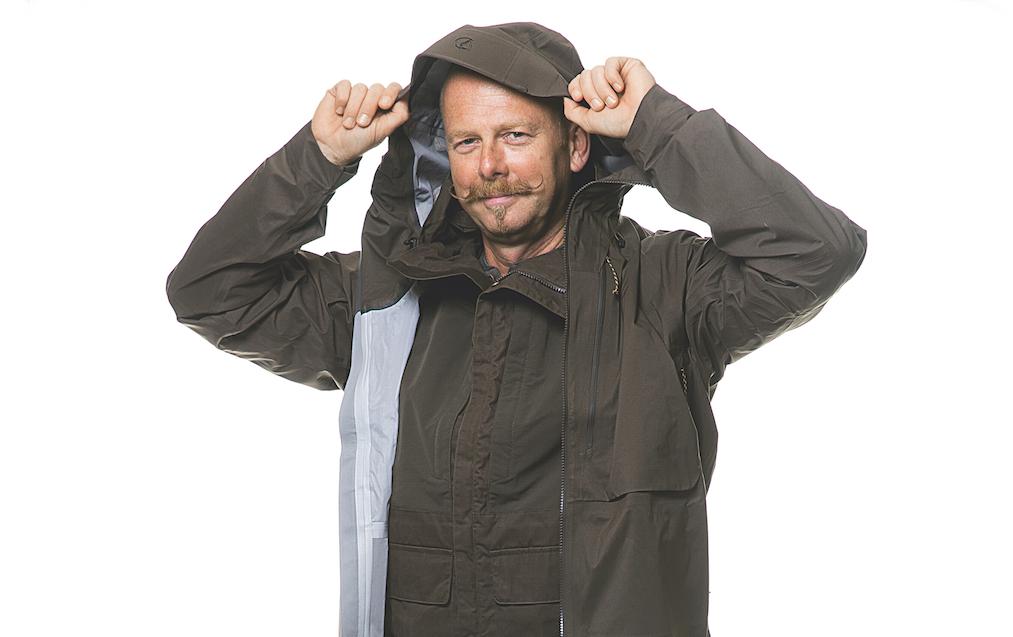 """UWE Alter: 48 Jahre Jagdschein seit: 1993 Reisemotivation: """"Die schottische Landschaft und die gemeinsame Zeit."""" Produkte: Voll eingekleidet ist Uwe in das hochwertige Outfit von Fjällräven. Die Überjacke Keb Eco- Shell Anorak ist eine IWA 2015-Neuheit."""