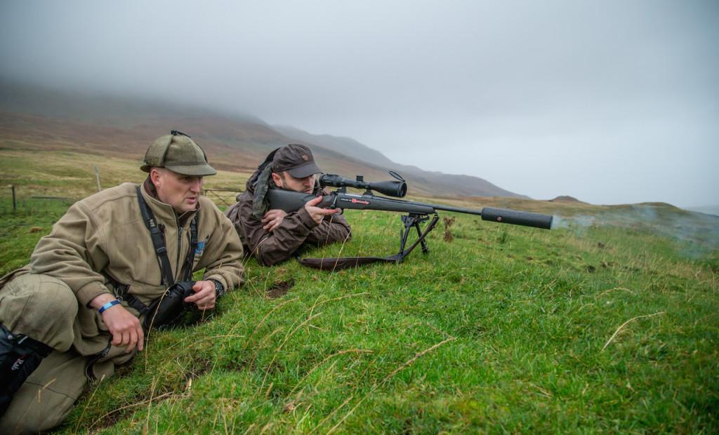 Die Mauser M12 im Einsatz - unter dem prüfenden Blick des Headstalkers Niall Rowantree ©Hamza Yassin