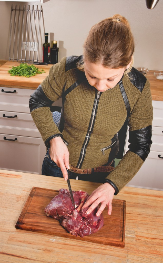 Im ersten Schritt die frische Rehkeule mit einem scharfen Messer ausbeinen. ©Pauline v. Hardenberg
