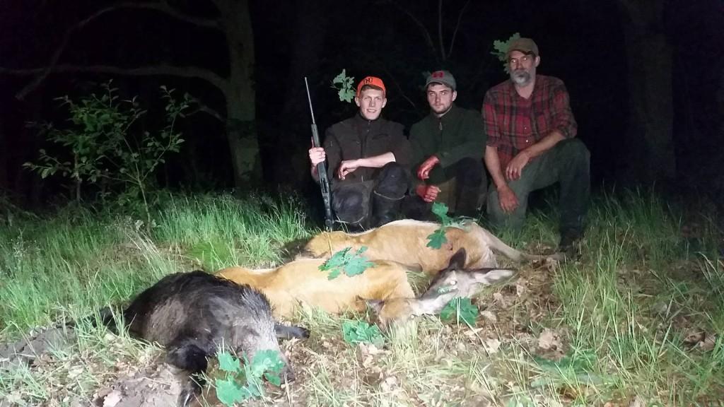 """Dafür, dass wir mit drei Schützen das Feld """"bewachen"""" wollten, war es letztlich ein sehr erfolgreicher Abend mit zwei Stück Rotwild und einer Sau. ©Wilddiebe"""