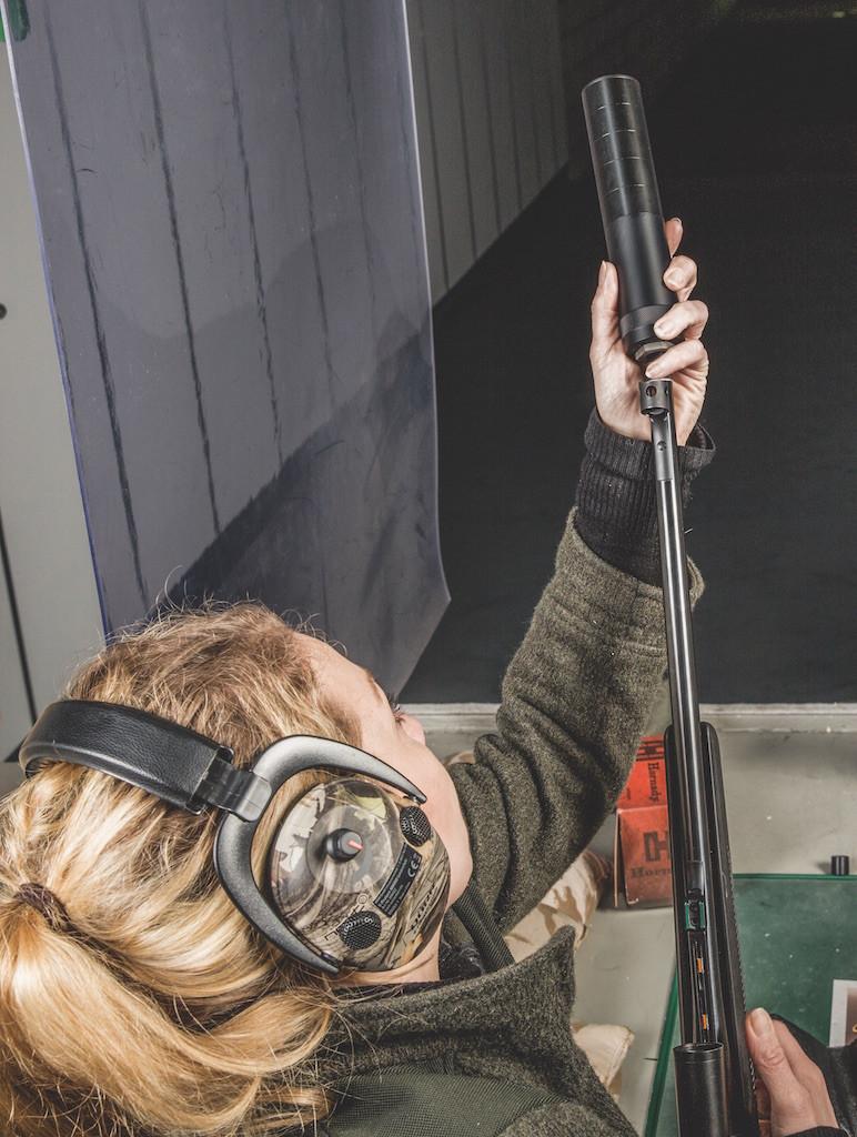 Es wird behauptet, man schieße mit einem Schalldämpfer besser. Stimmt das? Diverse Schalldämpfer im Praxistest mussten die Frage klären.