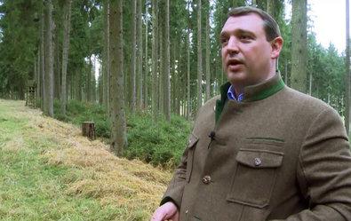 """Zitat: Christoph Mangold besitzt ein großes Revier in Süddeutschland. Er möchte eine tiergerechte Jagd praktizieren und das Wild nur an einem Tag im Jahr beunruhigen. """"Jagd darf Spaß machen"""", sagt er, """"aber wir wollen den Tieren nichts schuldig bleiben."""" ©Screenshot SWR/TV-INFO"""