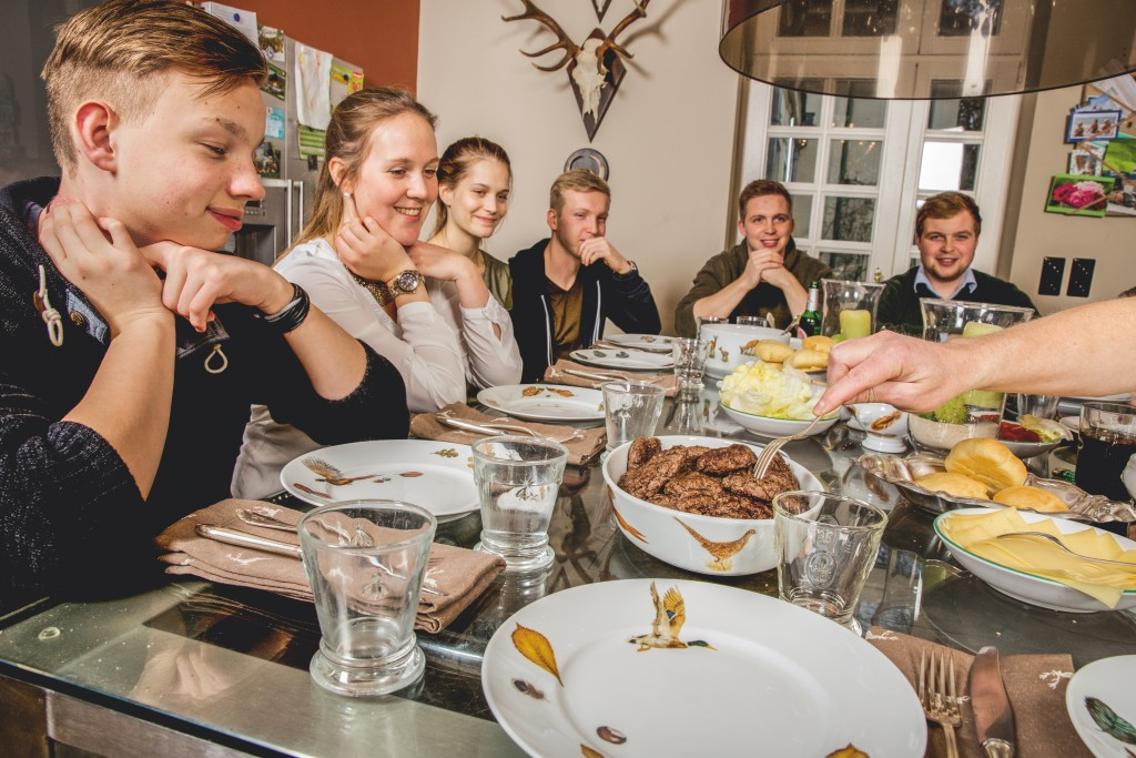 Da leuchten die Augen: Die acht Söhne des Hauses staunen ehrfürchtig beim Anblick der Köstlichkeiten. ©Pauline von Hardenberg