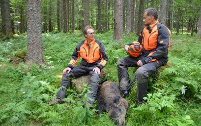 Zitat: Hubert Kapp und Stefan Mayer (v.l.) sind Förster. Sie fordern, dass Jäger ihr Handwerk besser beherrschen und sich weiterbilden müssen. In ihrer Freizeit organisieren sie deshalb Jagdseminare. ©Screenshot SWR/TV-Info