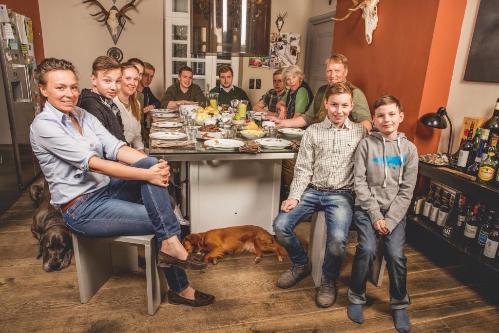 Hungrige Herausforderung: Bei Famlie Meyer-Loos sitzen bis zu einem Dutzend Jäger am Esstisch ©Pauline von Hardenberg