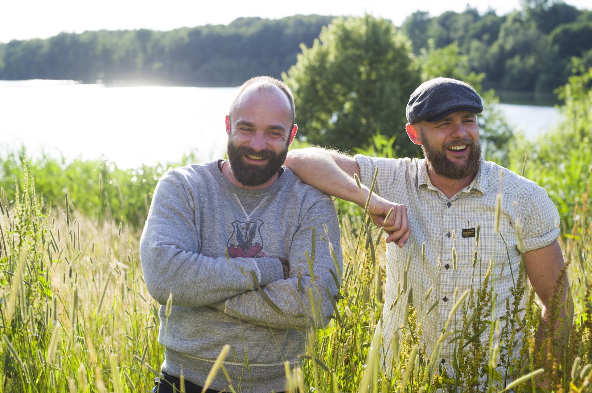 Die Köche – die Brüder Eggert – aus Berlin stehen für eine natürlich, frische und nachhaltige Küche ©Oliver Hardtjaegermagazin jagd campers kitchen kochen köche