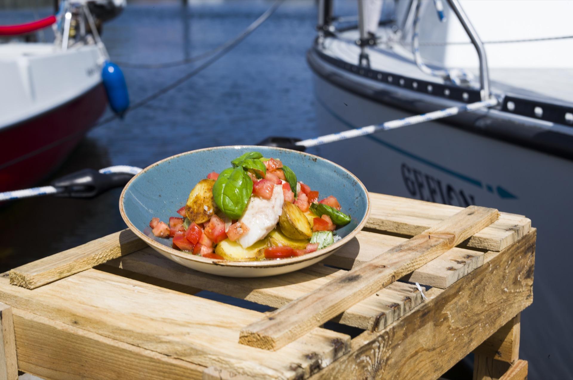 Frischer Fisch geht an der Küste immer. Leckeres Dorschfilet mit einer leichten Tomatensalsa @Oliver Hardtjaegermagazin jagd campers kitchen kochen köche