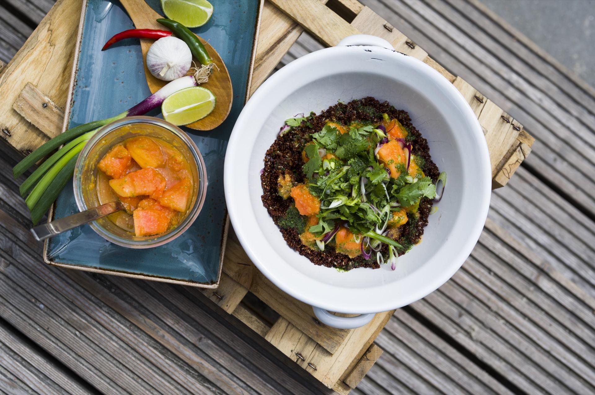 Lecker, leicht und perfekt für einen warmen Sommertag. Quinoa-Salat ©Oliver Hardtjaegermagazin jagd campers kitchen kochen köche