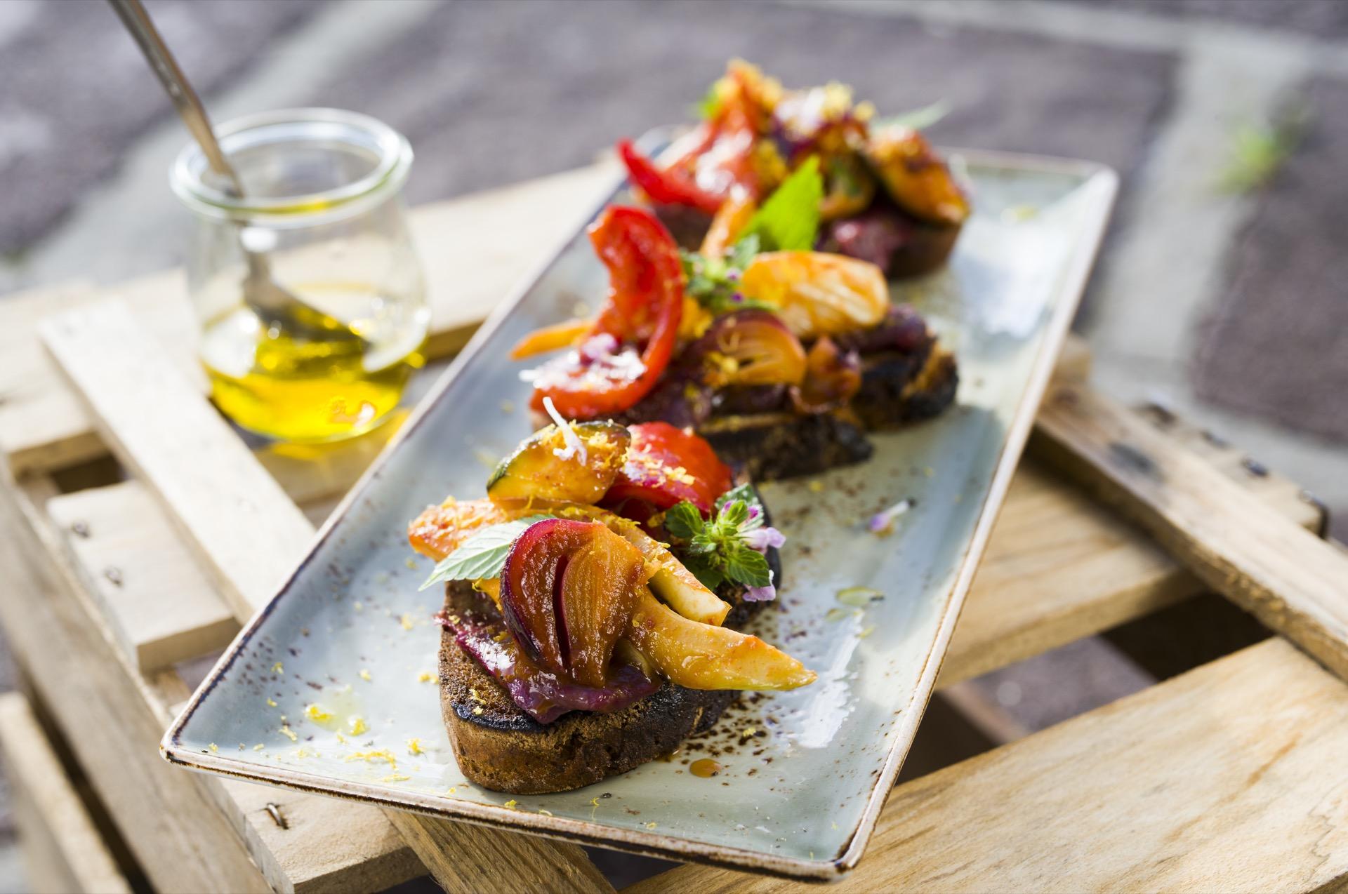 Macht wirklich satt – die rustikale Röststulle mit Grillgemüse und Wildfleisch ©Oliver Hardtjaegermagazin jagd campers kitchen kochen köche