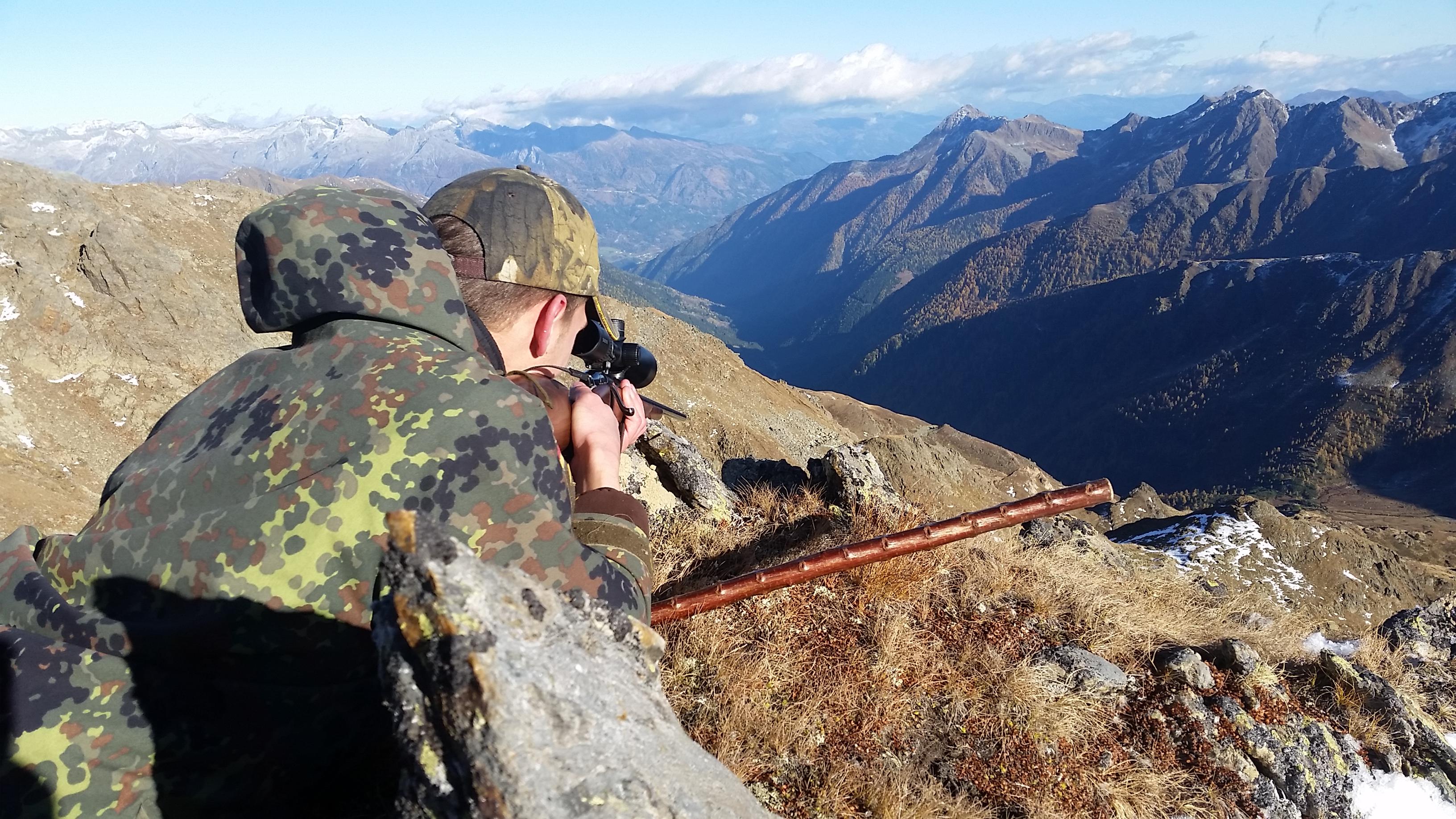 Gerold macht sich fertig zum Schuss Jagd jagen jäger jaegermagazin Gamsjagd Wilddiebe