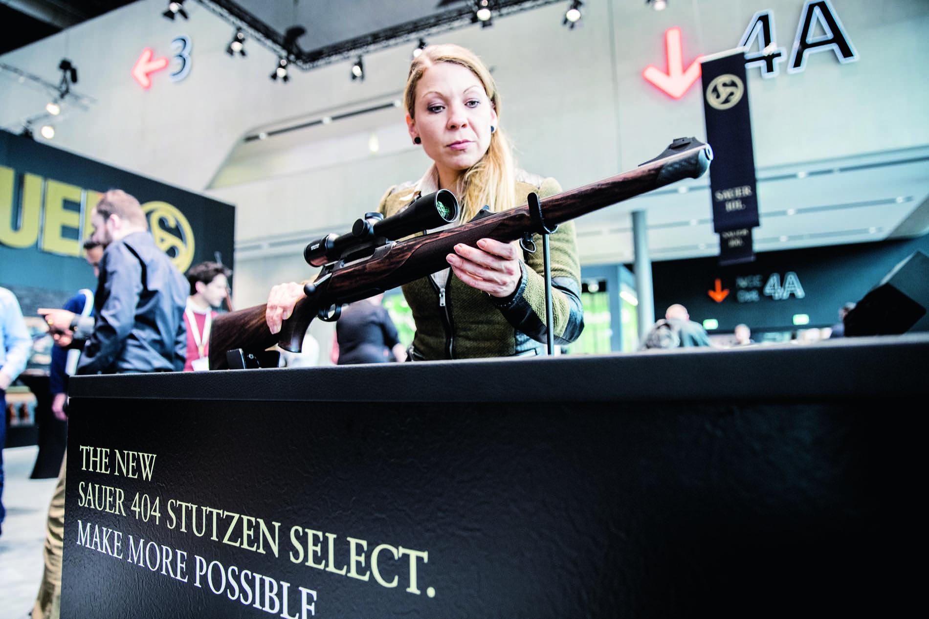 IWA 2017 Highlights Waffen Munition Fernglas Optik Kleidung Bekleidung