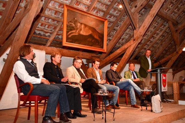 Das Podium bei der Begrüßung durch Graf Günther von der Schulenburg.