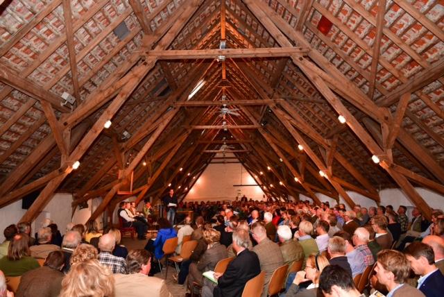 Der mit 350 Zuhörern voll besetzte Schafstall Bisdorf.